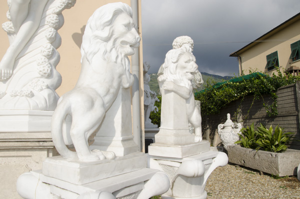 Pair of left and right rampant lions on a white marble obelisk, ideal to be positioned on the final part of the pillars of gates as a valuable decorative element.