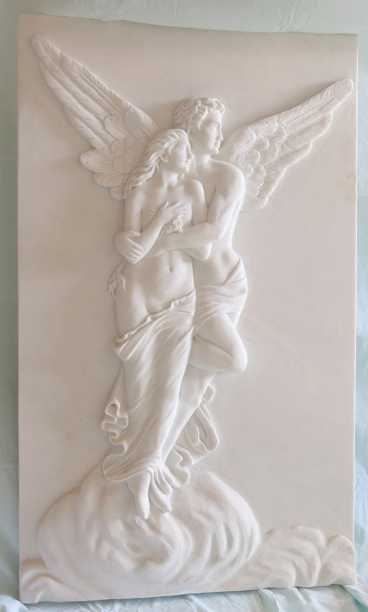 Bas-relief Cupid and Psyche: bas-relief in white marble depicting Cupid and Psyche. Dimensions 30x80