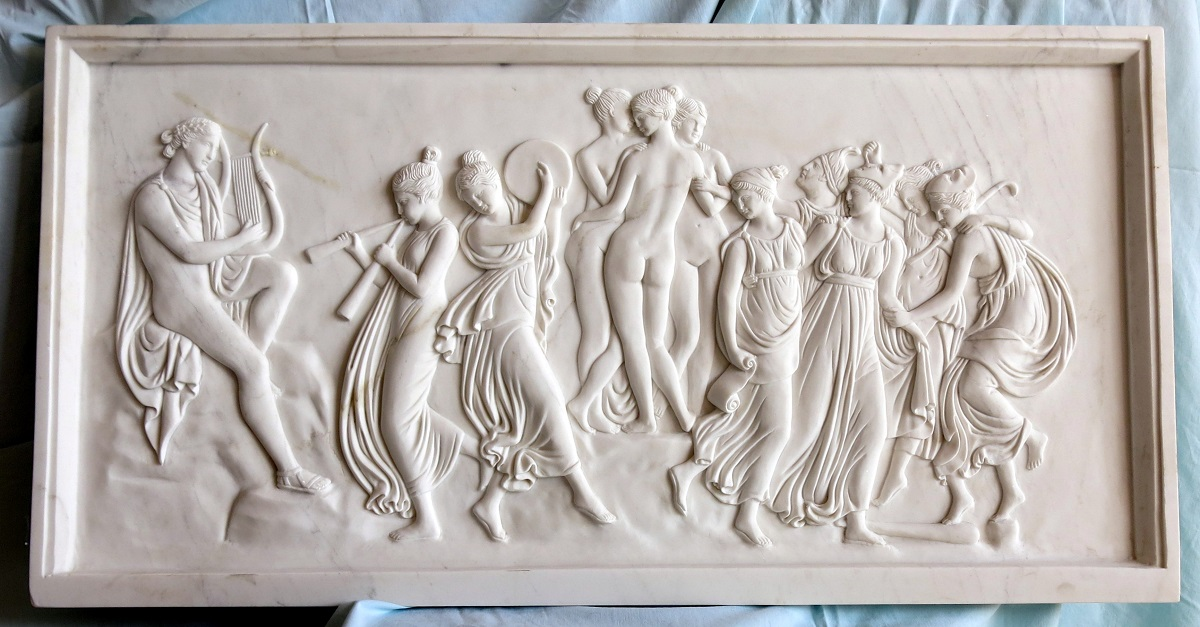 Greek bas-relief: precious bas-relief in white marble representing a god playing the zither (probably Apollo) and the girls who accompany him or who dance. Dimensions approximately 80 x 40